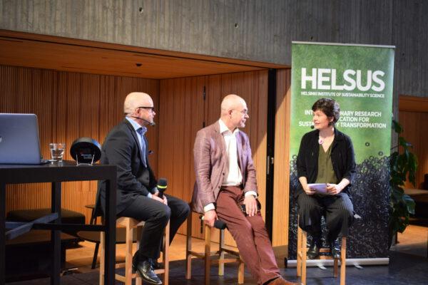 Kirjan Donitsitaloustiede kirjoittaja Kate Raworth keskustelee Helsingin yliopiston tiedekulmassa ekonomisti Aki Kangasharjun ja professori Janne I. Hukkisen kanssa.
