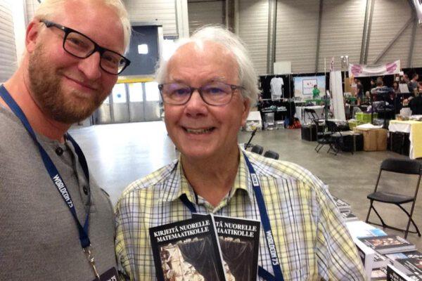 Matemaatikko ja tietokirjailija Ian Stewart suomentajansa Juha Pietiläisen kanssa.